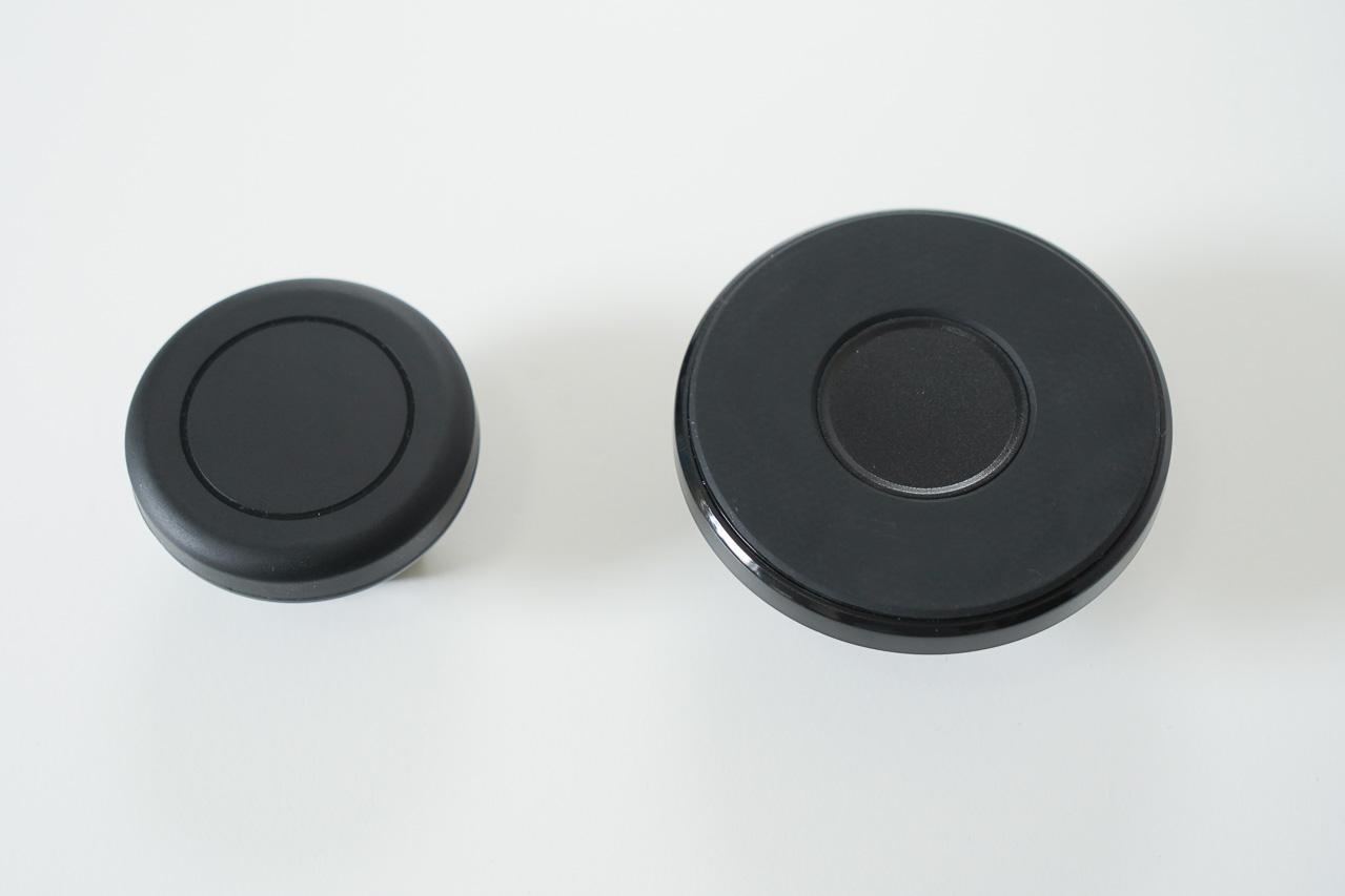 画像: Clearmoutsに付属のマグネットマウント(左)と別売りアクセサリーのMagSafe対応マウント(右)