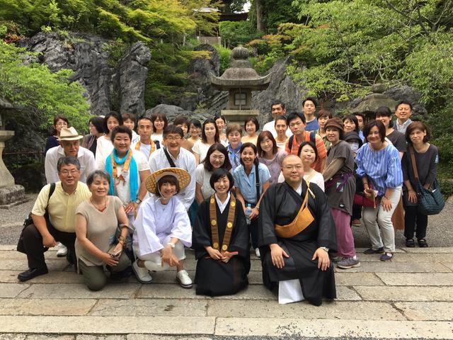 画像: 最後は石山寺へ。ご住職と記念撮影!