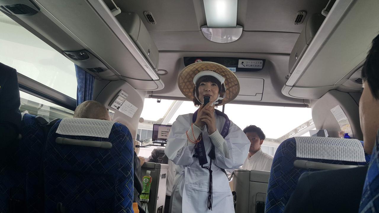 画像: 清水寺への移動中は、きよぴーのマイクパフォーマンス!? 参加者の皆さんの出欠をとったり、盛り上がりました♪