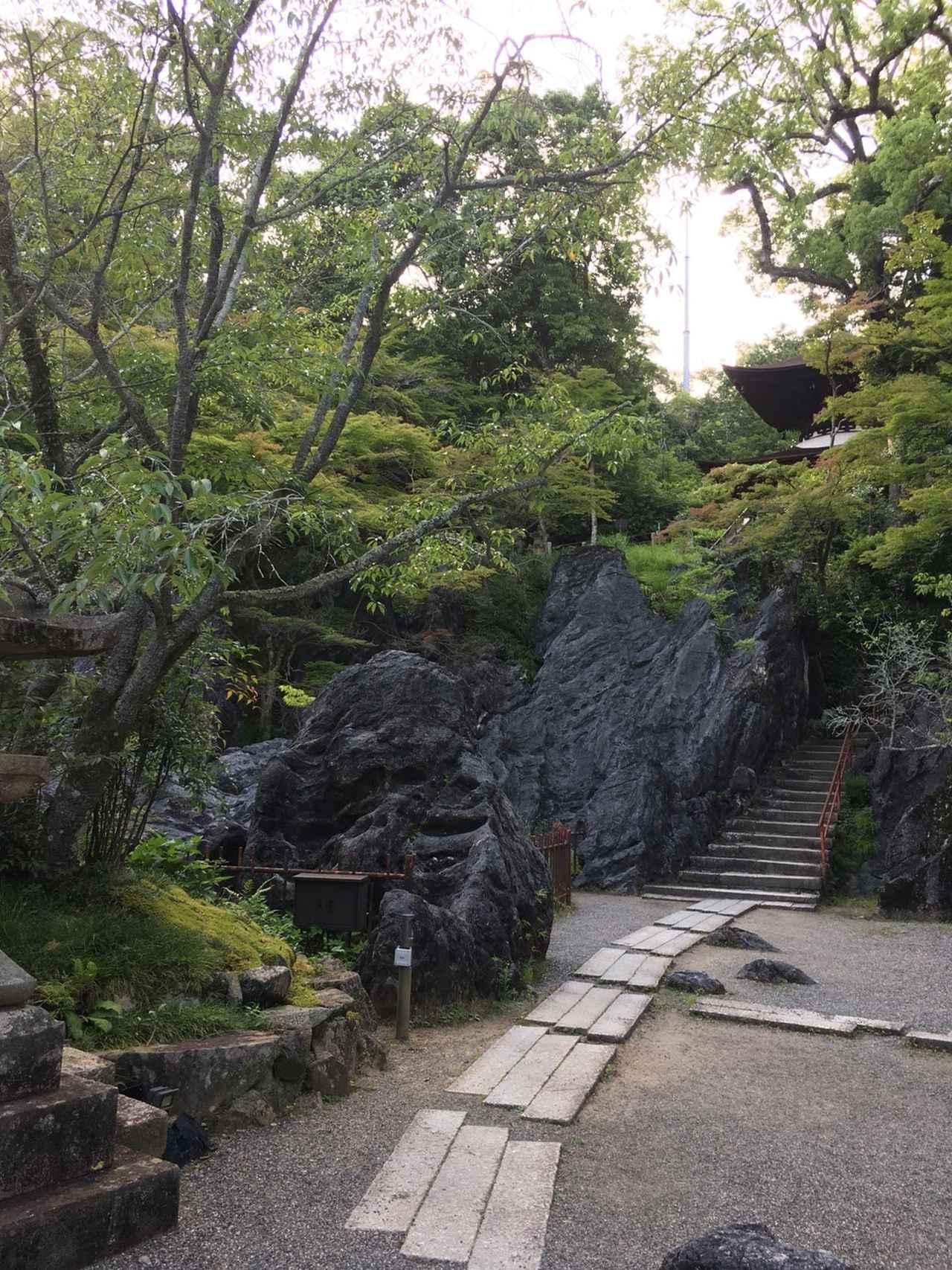 画像: これが天然記念物に指定されている「珪灰石(けいかいせき)」。 石山寺の名前の由来となっています