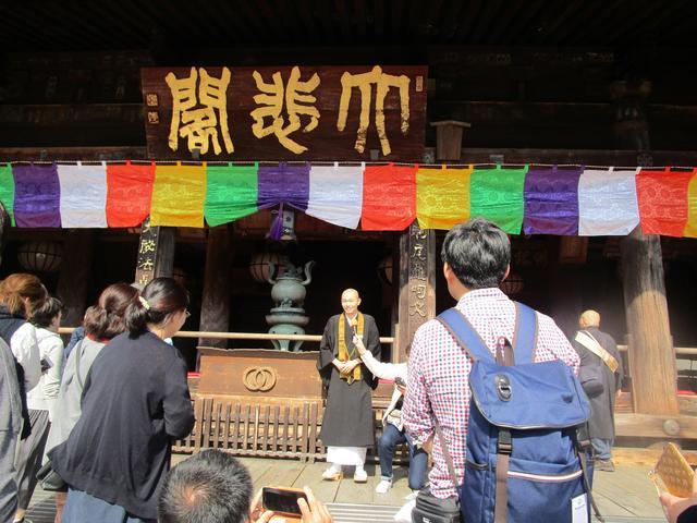 画像: 本堂の前で、ご本尊である十一面観世音菩薩のお話を。このあとお参りし、観音様の御足に触れてお祈りを捧げました