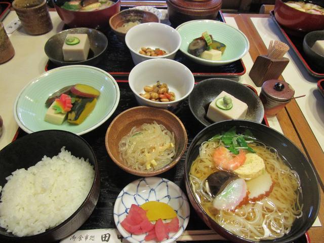 画像: 長谷寺のすぐそばにある『田中屋』さんで昼食。出汁がきいたおつゆと、コシのある細いお素麺がとってもおいしかったです。