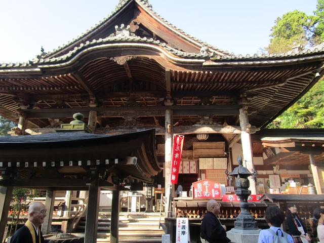 画像: 本堂ではご本尊、日本最大で最古の塑像である如意輪観音像を拝見。そしてこの日は特別に護摩行のご祈祷も!