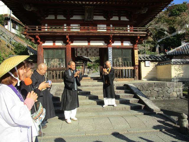 画像: 岡寺の副住職さんがお出迎え。森さんの事前情報の通り、とても福耳。今回の特別ゲスト・今熊野観音寺の藤田友章さんと共に、福耳ツートップが並びました。