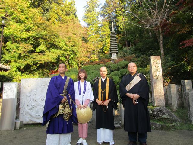画像: 龍蓋池をバックに。左から清水寺の森清顕さん、今熊野観音寺の藤田友章さん、キヨピー、今回ご案内いただいた岡寺の川俣さん。