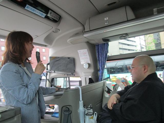 画像: バスガイドさながらのキヨピ~。森さんは正法寺の見どころをお話いただきました