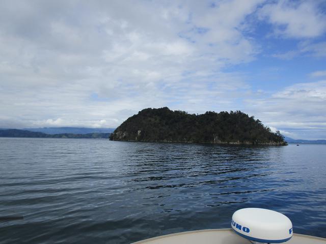 画像: 琵琶湖に浮かぶ神秘的な島、竹生島が見えてきました