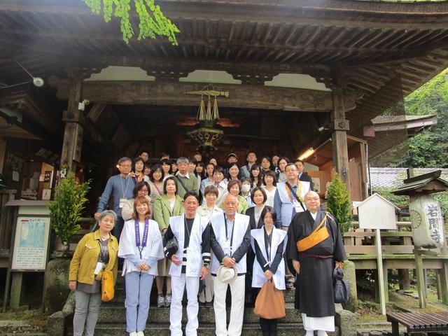 画像: 岩間寺の本堂の前で、みなさんと記念撮影