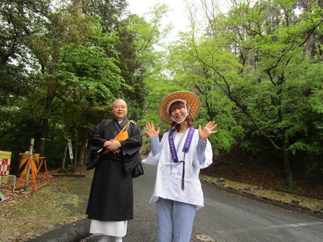 画像: 朝9時過ぎ、正法寺(岩間寺)に到着。参道を歩き、本堂に向かいます