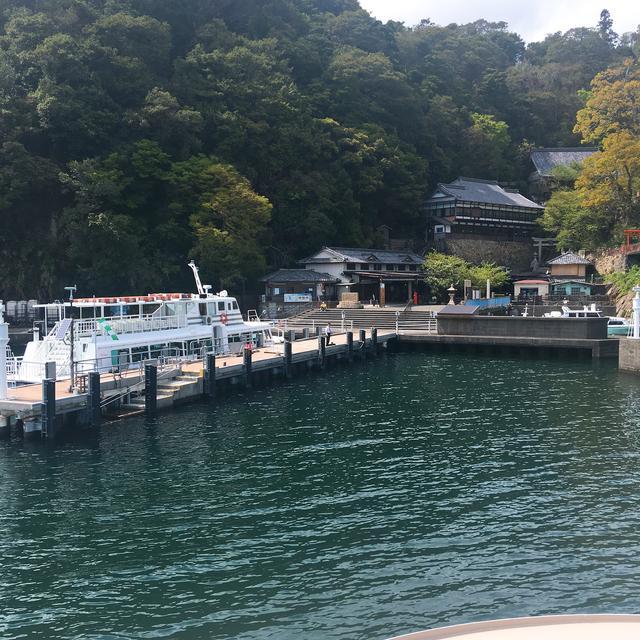 画像: 古来、神が住まう島として信仰されてきた湖上の聖地・竹生島。港からすぐの場所には売店やお土産屋さんが並んでいます