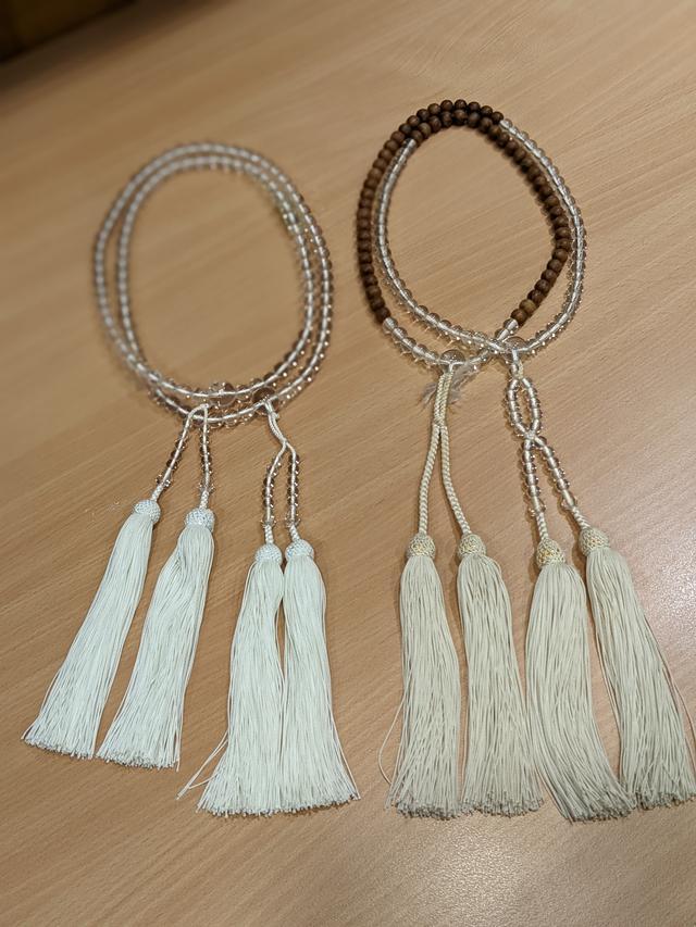 画像: こちらは、特別な法要の際に使用される念珠。特に左のすべて水晶の念珠は、法要のメインの僧侶(導師・住職)が使用されるものなので、まだ森さんもほぼ使ったことがないそうです。