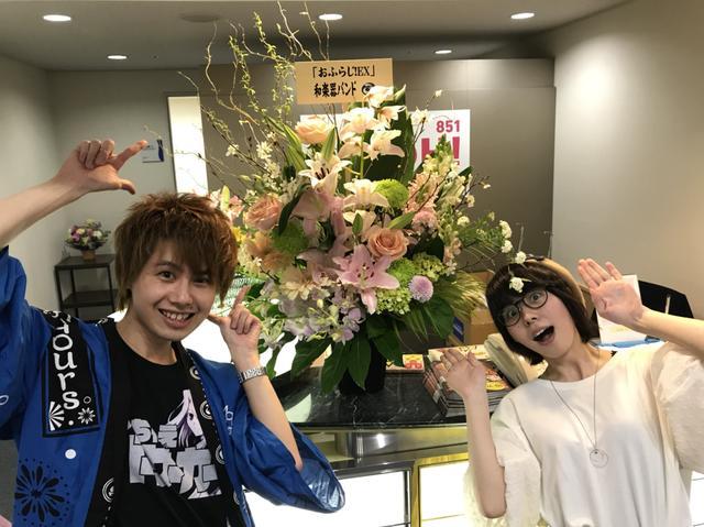 画像: 和楽器バンドからお花が生放送前に届きました!! (二人ともびっくり!!)