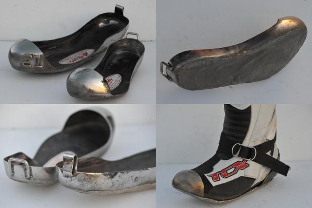 画像: 左側レーシングブーツに合わせてステンレスや鋼材で作られた鉄スリッパー = ホットシュー。爪先にはトウガードがつきDリングベルトでブーツに固定する。足底接地面は路面との摩擦で激しく摩耗するため、鋼材よりはるかに硬度が高く、接地させても滑りやすい合金を肉盛り溶接し、減り具合に応じて補修を重ねながら使用する。火花によるマシンへの着火誘爆を避けるため、チタニウム製は使用不可。撮影: 山田晃生(FEVHOTS90)