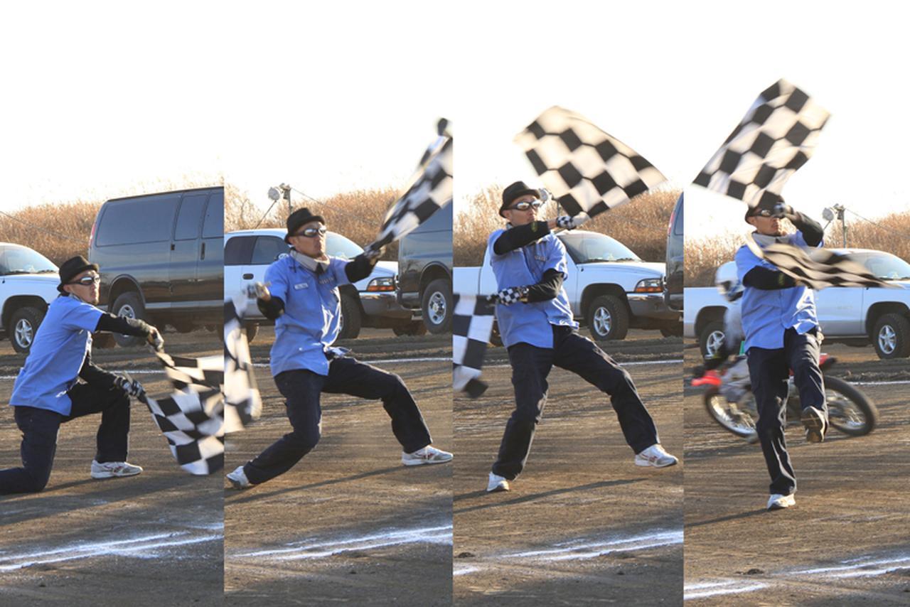 """画像: FEVHOTSが誇るメインフラッガー: 和田真。本場American Flat Track Seriesで当代一の、つまり世界最高のフラッグマン、ケヴィン・クラークをして""""日本で最も美しくチェッカーフラッグを振る男""""と言わしめた。長身の和田が繰り出すドラマティックな旗捌きもまた、我々のショウの重要な要素のひとつ。撮影: 齊藤孝(FEVHOTS81)"""