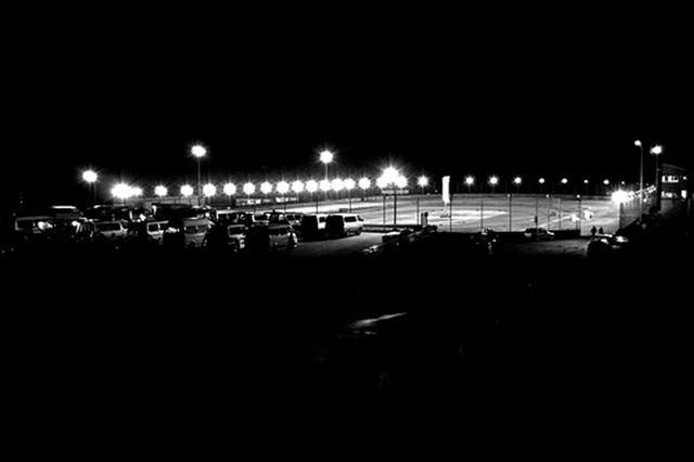 画像: 2011シーズン限りで営業終了となったツインリンクもてぎダートトラックの夜景。200mと400mの2つのオーバルと夜間照明を有する国内屈指の競技場だったが、経営上の方針変更により、レース参加者のみならず各方面から惜しまれつつその役目を終えた。施設は解体され2018年現在は草地となっている。撮影:  齊藤淳一(Flattrack Express)