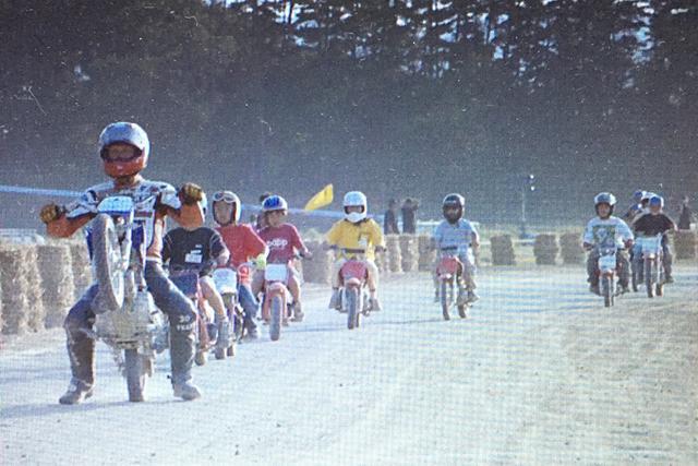 画像: 伝説のダートトラックレジェンド・ジェイと日本の子どもたちによるパレードラップ。真に夢の如き瞬間。我々にとって幸運なことに、この子たちの中に、15年前のこの日が人生初バイク→20歳を過ぎた今も、我々と共に時折ダートトラックを楽しむ若者が1人含まれている。Field of Dreams 2003-09-14~15 撮影: FOD official