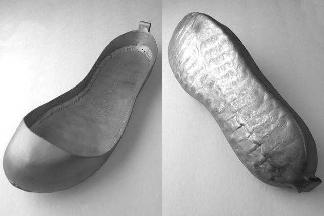 """画像: 本場アメリカで近年一番人気のホットシュービルダー """"Light Shoe""""製のベーシックスタイル。一点ずつ個々のライディングブーツ形状に合わせたハンドメイドで、ライダーの好みとスキルレベルに応じた変更が加わるため、同じものは二つと存在しない。キャッチコピーは """"For the racer's heart and SOLE""""。靴底の強化肉盛りに注目。 lightshoe.com"""