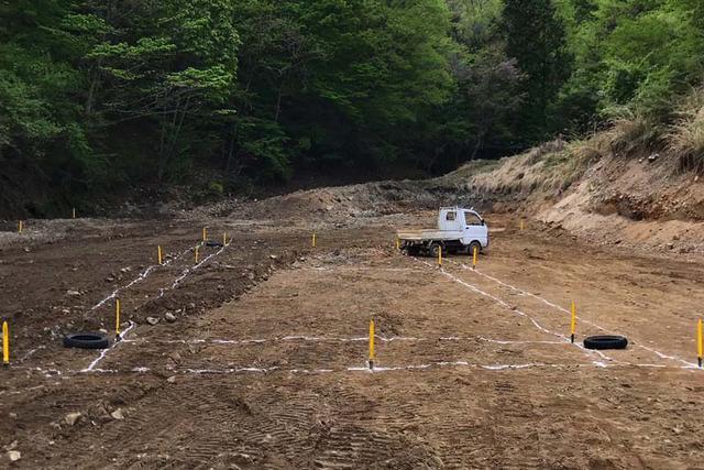 画像: コースオーナーと地元有志の皆さんの活躍で、原野を切り開き、ついに平地が現れたオーバルトラック予定地。中央の四角がトラックインフィールドで、降雨による路面へのダメージを抑える調整池として掘り抜く予定。