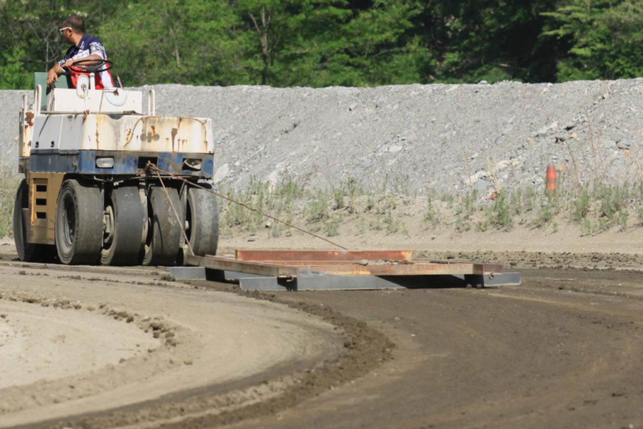 画像: 埃を抑え路面クオリティを保つための撒水・平滑を維持するメンテナンス機材。