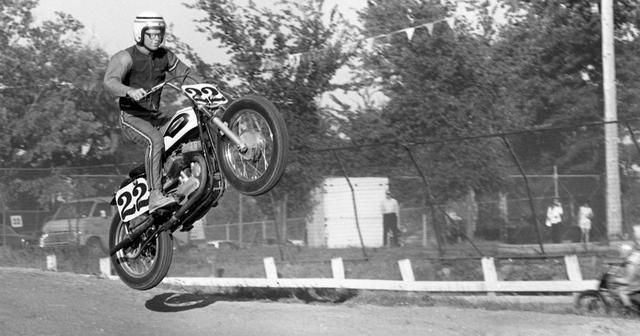 画像: 1969年サンタフェTTのジャンプを飛ぶハーレーダビッドソンKR750。名機XR750のデビューは翌年1970年。 www.cyclenews.com