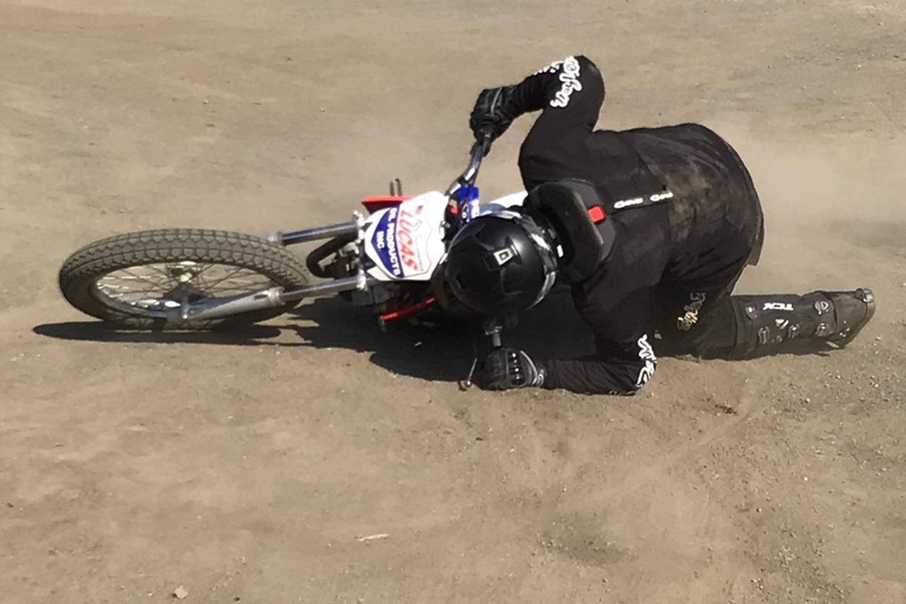 画像: 大丈夫、転んでますがヒジ・ヒザ・上半身と首もとにはプロテクターを完備。起き上がって再始動しましょう! 撮影: FEVHOTS