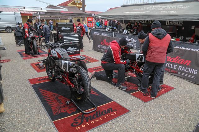 画像: 手前の4台はファクトリーライダー2名のためのもの。サテライトチームのジャレッド/ロジャースレーシングは奥のテント下の別スペースに陣取っている。 www.americanflattrack.com