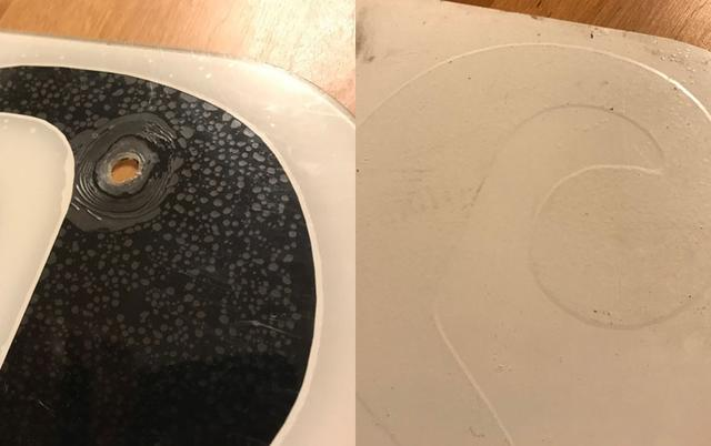 """画像: 透明樹脂製の薄いプレートに """"裏から"""" 文字とバックグラウンドを貼り付けるのが古くからの手法。"""