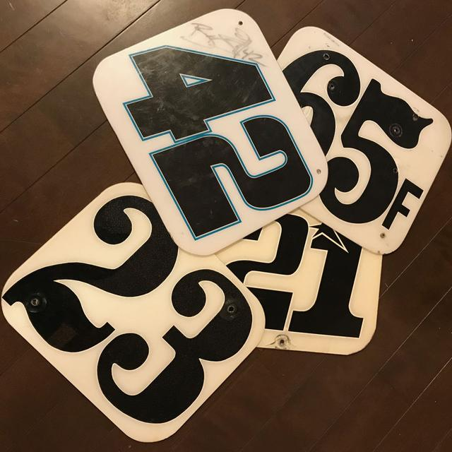 """画像: ダートトラックらしい = 泥臭い?独特の""""伝統的な""""フォントを選ぶライダーが多い。 ルールブックにはずいぶん昔から使用フォントの指定があるが・・・ほぼ全員守らない。"""