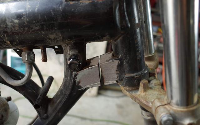 画像: ヘッドパイプ下部・角パイプの補強部分を狙い定めてバサっと切断。