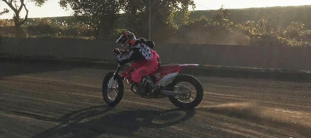 """画像: [Flat Track Friday!!] 足出して→足上げないで→加速しないorz? """"立ち上がり両足載せ""""を意識して1ランク上の走りを手に入れろ! - LAWRENCE - Motorcycle x Cars + α = Your Life."""