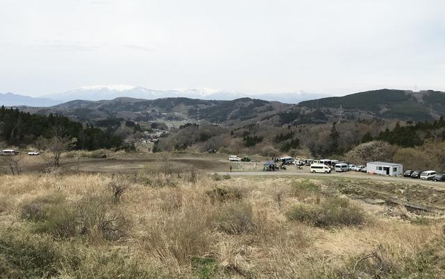 画像: オーバルトラックは既存のロードサーキットから西向きに斜面を見下ろす位置にある。遠くに見える山々は蔵王連峰。そのはるか向こうは山形県。撮影: FEVHOTS