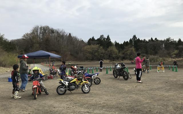 画像: 普段はロードサーキットをミニバイクで走る若い人たち (キッズ / ユース) や仙台を本拠地とする有力スーパーモトチームのトレーニングスポットとしても、すでに大いににぎわいを見せている。撮影: FEVHOTS