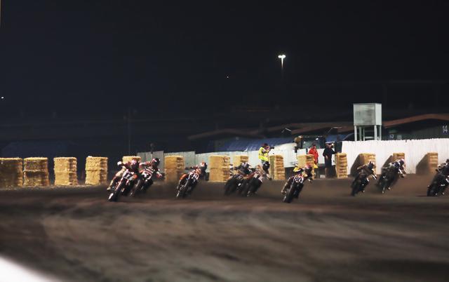 画像: GNC決勝レースをターン4の外側から見守るジーン・ロメロ、隣の黒シャツは当時AMAレースディレクターだった元ナンバー42のスティーブ・モアヘッド。