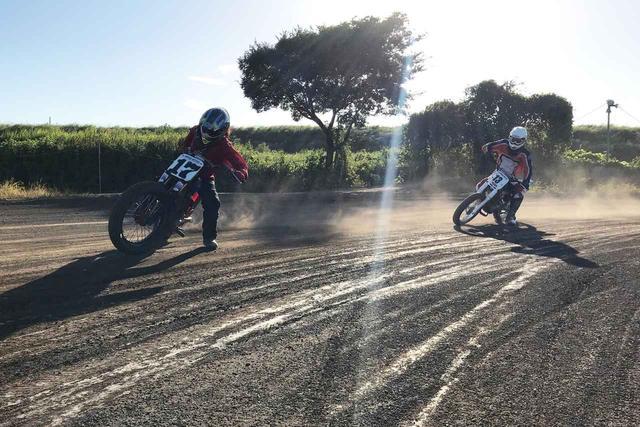 """画像: [Flat Track Friday!!] 小さなマシンで小さなトラックをぶっ飛ばせ!""""タイニー・ダートトラック"""" は究極のバイク遊びのひとつ? - LAWRENCE - Motorcycle x Cars + α = Your Life."""