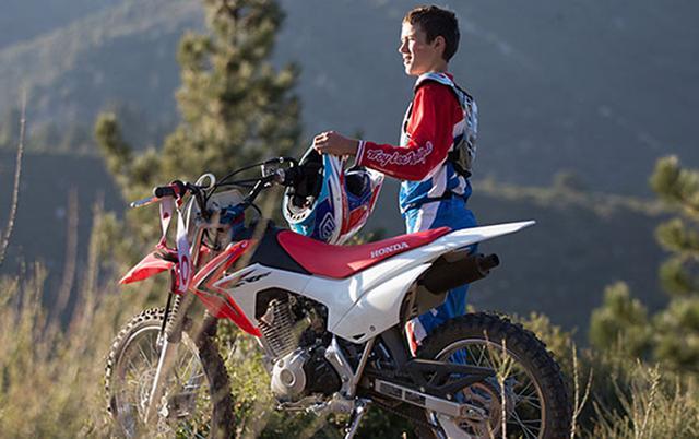 """画像: """"小さいひと向けオフロードバイク""""を題材にした今日的カスタムメイド2態。"""