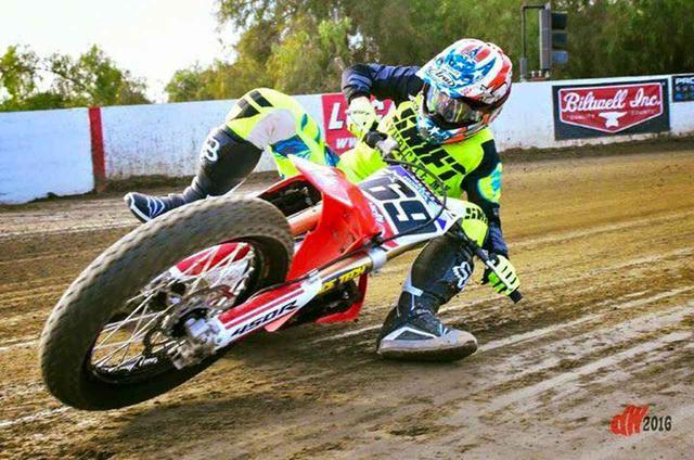 """画像: [Flat Track Friday!!] あわてるな 滑るタイヤが ブレーキだ?炎の最終奥義""""スライディングブレーキ走法""""の巻! - LAWRENCE - Motorcycle x Cars + α = Your Life."""