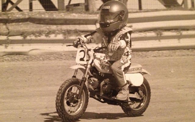 画像: 4歳のころ、ただ一度だけレースに出場したシェイナ。マシンはスズキJR50。
