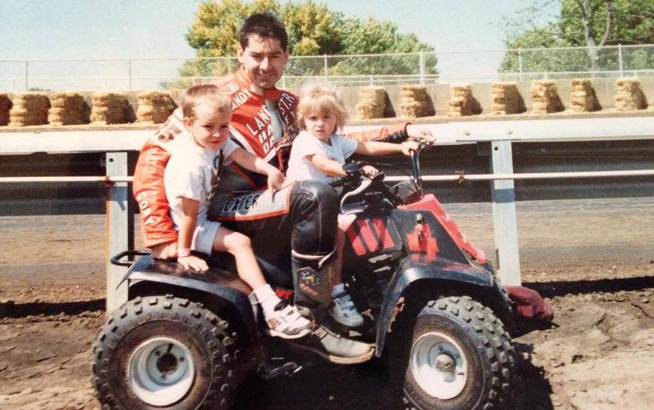 画像: 父ランディ・兄コリーと共に。シェイナ3歳の1994スプリングフィールド・マイルで。