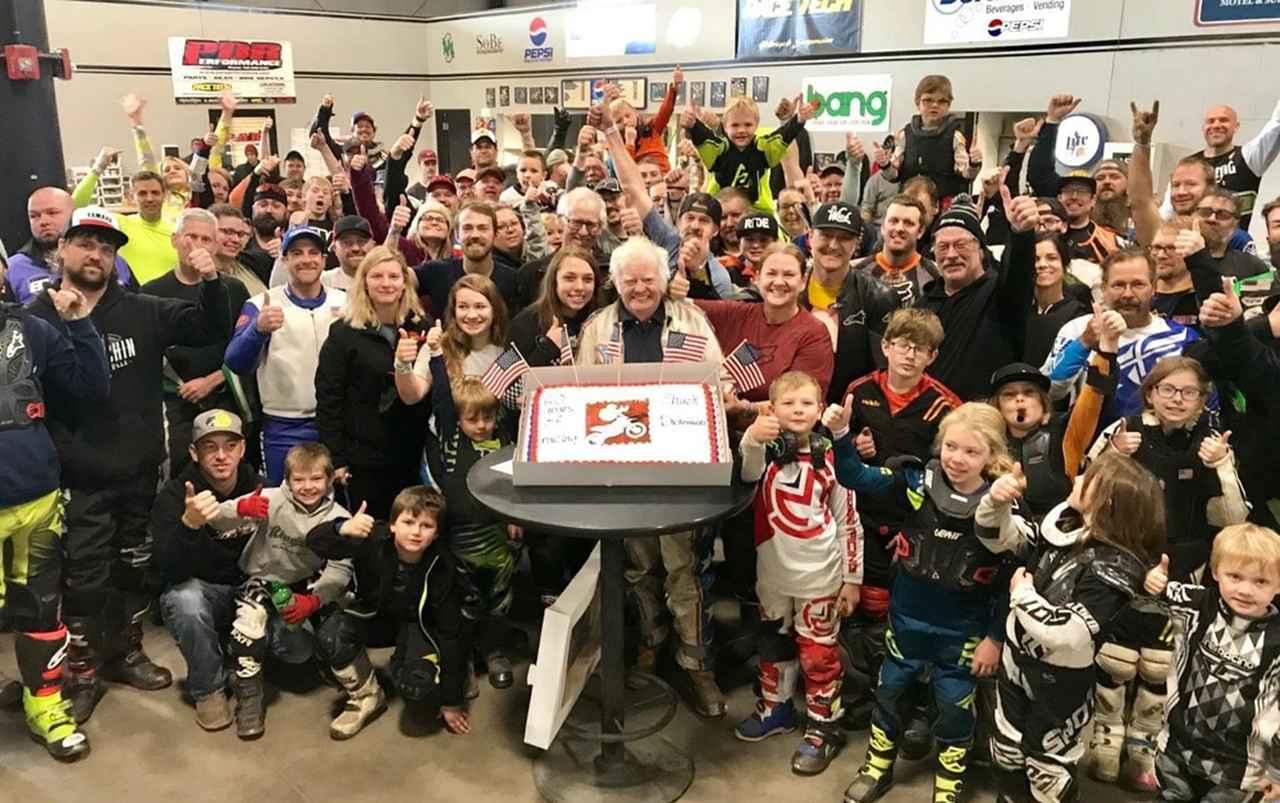 画像: 競技生活60周年を祝うために集った若いレース仲間たちとチャック・ディキンソン。