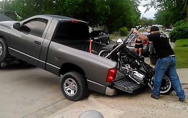 画像: ラダーレール持ってないけど俺のトラックの前側持ち上げてくれるレッカー屋のダチならいるぜ?