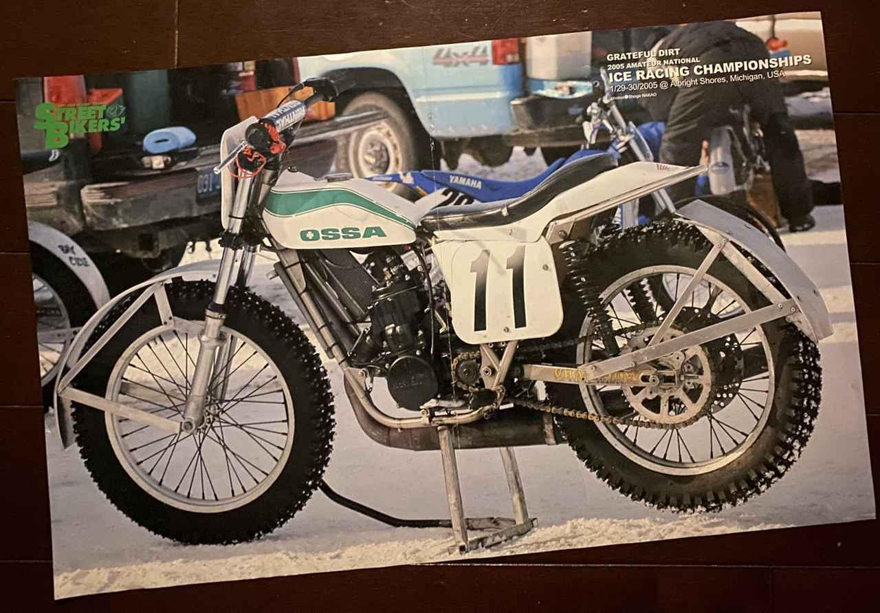画像: 2005年冬、ミシガンのアイスレースでの一葉。チャンピオンフレームのオッサST-1シャシーに現代的な水冷2ストロークHONDA単気筒エンジンを搭載した通好み?へんちくりん?多分合理的なマシン。というか毎号中とじにこんな素敵なポスターがはさまったオートバイ雑誌がかつては日本にもあったんだな・・・。撮影: 中尾省吾