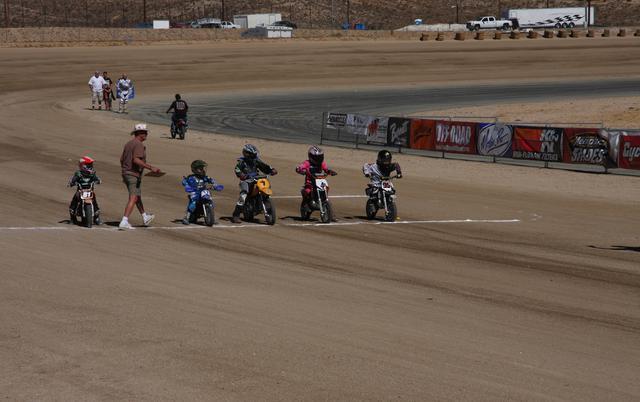 画像: 左から2番目の青ウェアがコーディ。ライン上に立つのは主催者のエディ・マルダーさん。撮影: 中尾省吾