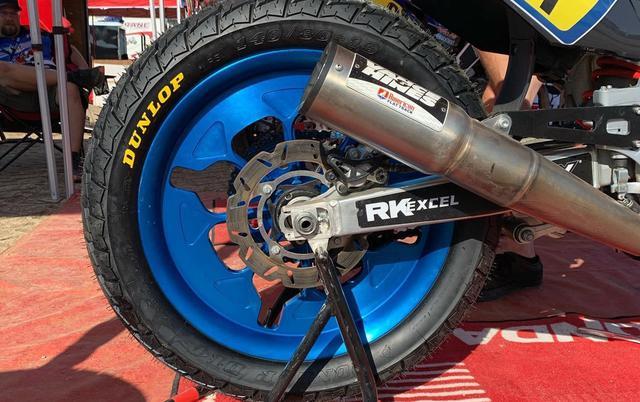 画像: 潰して大地を捉える専用タイヤの特性に呼応する、幅広リムが必要なのです