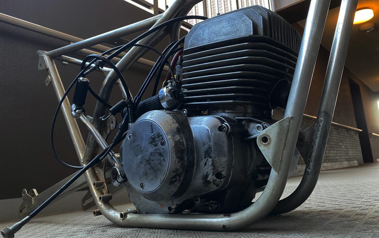 画像: 手持ちの空冷2ストローク250ccエンジンをあてがってみたら・・・あらいやだ、ドンピシャ決まり?