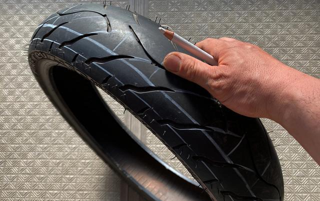 画像: オンロード用ハイグリップタイヤをオーバルトラック用グルービングする基本パターンがこちら。サイド部にグルっと縦溝を2列→特に端部1周はフルバンク時の安定を生むためとても重要。中央部にはハシゴ状の横溝を。スマートなタイヤグルービングの準備としては、白のダーマトグラフでの下書きがわりと有効だったりします。