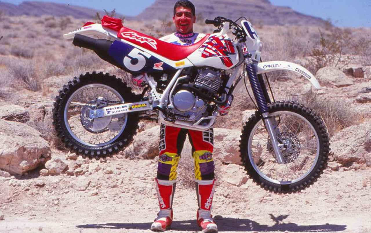 画像: 軽々とXR600Rを持ち上げる豪腕スコット・サマーズさん・・・は本文とはあまり関係ありません。