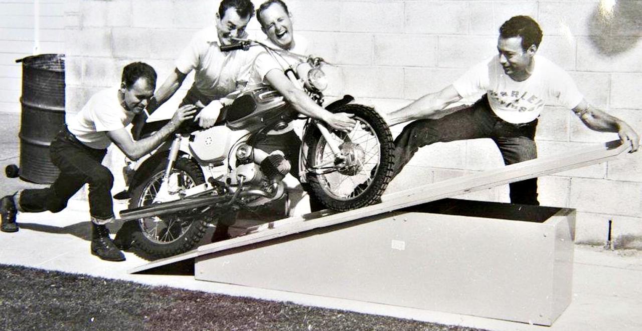 """画像: [Flat Track Friday!!] あちらの皆さんアゲアゲ系?目線の高さにマシンを据える""""机上の〇〇型""""メンテナンス・スタイルを考える! - LAWRENCE - Motorcycle x Cars + α = Your Life."""