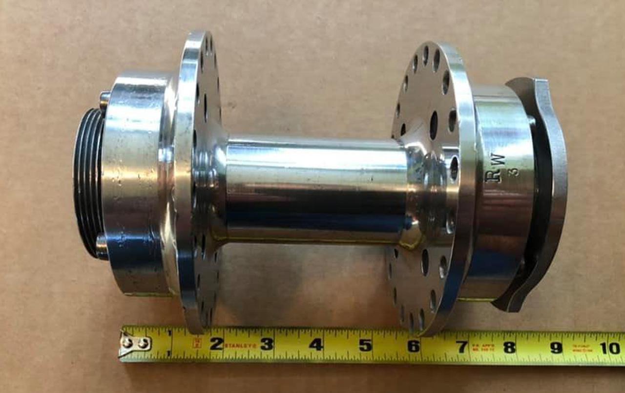 画像: RW刻印の入った後輪用クイックチェンジハブ。日本でも3つくらい見かけたことがあります。