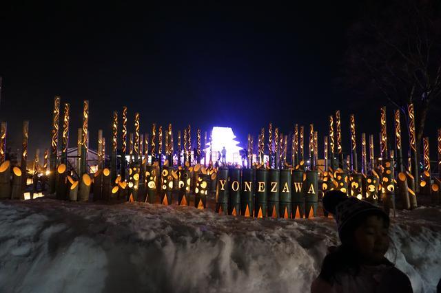 画像: 夜は幻想的な景色が広がる上杉雪燈篭まつり