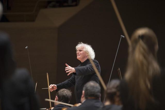 画像: 2002年シーズンからベルリン・フィルの首席指揮者兼芸術監督を務めているサー・サイモン・ラトル。首席指揮者としてタクトを振る、フィルハーモニーでの最後の定期演奏会が本年6月に予定されている (c) Monika Rittershaus